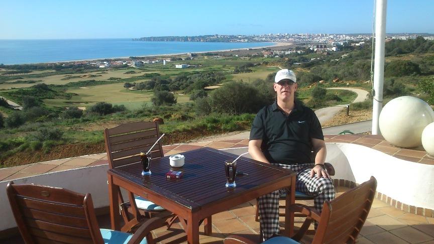 Algarve mit dem Atlantik im Hintergrund