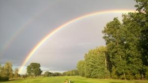Regenbogen auf dem Golfplatz